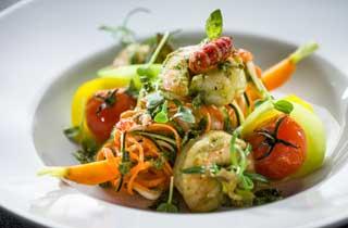 Gemüsespaghetti mit pochierten Krebsen